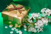 Scatola regalo con fiori bianchi — Foto Stock