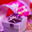 Violet gift box with ribbon - Stockfoto
