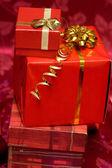 Czerwone pudełka z złote wstążki — Zdjęcie stockowe