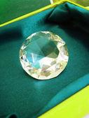 Cristal de diamant magnifique sur boîte verte — Photo