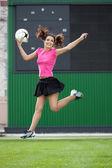 サッカー ボールをジャンプ少女チアリーダー — ストック写真