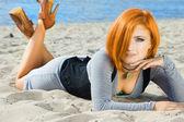 Bella donna vicino al mare — Foto Stock