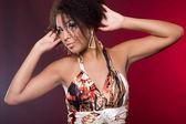 Mulâtre à la mode femme sur rouge — Photo