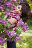Concurso garota no jardim com lilás — Foto Stock