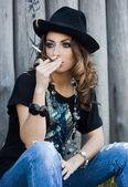 Jest modna kobieta w kapeluszu — Zdjęcie stockowe