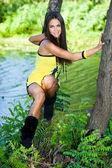 Mujer hermosa cerca del río — Foto de Stock