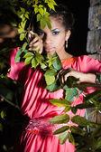 Mooie vrouw in de buurt van de boom — Stockfoto