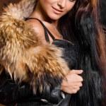 bella mujer de moda con piel — Foto de Stock