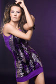 紫のドレスでファッショナブルな女性 — ストック写真