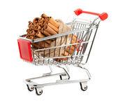 Pau de canela no cesto de compras — Foto Stock