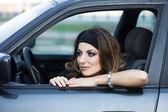 Krásná žena v autě — Stock fotografie