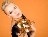 花の花束を持つ女性 — ストック写真
