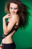 Yeşil zemin üzerine güzel bir kadın — Stok fotoğraf