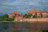 замок мариенбург с противоположного берега реки — Стоковое фото