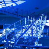 在晚上的摩天大楼的玻璃 silhouettes — 图库照片