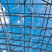 Violet lumineux centre commercial intérieur de plafond — Photo