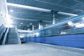青い階段で動いている電車 — ストック写真