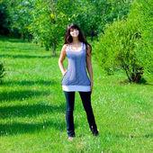 Piękna dziewczyna pobytu na polu — Zdjęcie stockowe