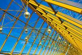 オフィスで黄色の抽象的な天井 — ストック写真