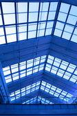ショッピング モール内の織り目加工の天井 — ストック写真
