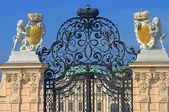 Schonbrunn Palace gates in Vienna — Stock Photo