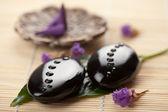 Les pierres zen et feuille avec des gouttes d'eau — Photo