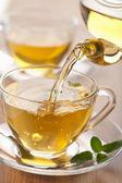 Vierte en el vaso de té — Foto de Stock