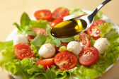 Olijfolie en salade — Stockfoto