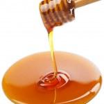 cazo de madera con miel aislado — Foto de Stock
