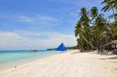 Bateau à voile traditionnel paraw sur la plage de blanc sur l'île de boracay — Photo