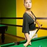 belle femme blonde, jouer au billard — Photo