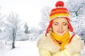 Hermosa mujer joven en ropa de invierno — Foto de Stock