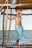 Krásná žena relaxaci u moře — Stock fotografie