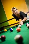 Krásná blonďatá žena hraje kulečník — Stock fotografie