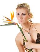 Bella donna con un fiore esotico — Foto Stock