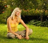 Beautiful young woman relaxing outdoors — Стоковое фото