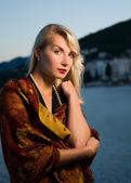 Mooie jonge vrouw ontspannen in de buurt van de oceaan — Stockfoto