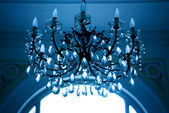 蓝色调子的复古水晶灯 — 图库照片