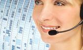 Vriendelijke hotline exploitant over abstracte blauwe achtergrond — Stockfoto