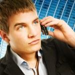 mladý pohledný muž mluví po telefonu — Stock fotografie