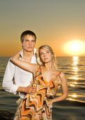 Jovem casal apaixonado, perto do mar ao pôr do sol — Foto Stock
