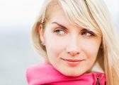 Açık havada çok güzel bir kadın — Stok fotoğraf