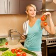 Beautiful young woman making vegetarian vegetable salad — Foto Stock