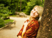 Beautiful young woman relaxing in einem park — Stockfoto