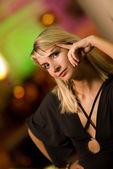 Hermosa joven relajándose en un club nocturno — Foto de Stock