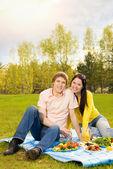 Pareja joven en el picnic romántico — Foto de Stock