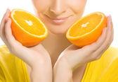 Juicy orange ile güzel kız — Stok fotoğraf