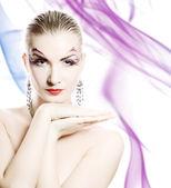 Piękna młoda kobieta z kreatywnych makijaż na twarzy na abstr — Zdjęcie stockowe