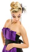 Mooie vrouw in modieuze jurk met creatieve kapsel en — Stockfoto
