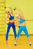 Women exercising in fitness club — Stock Photo